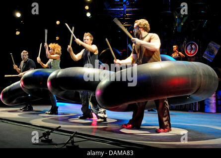 Acteurs de la 'Stomp' bande de percussions sur scène au théâtre Capitol, à Duesseldorf, Allemagne, 1 juin 2011. Banque D'Images