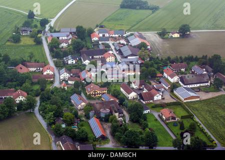 Vue aérienne de village avec de nombreux toits solaires, Allemagne, Bavière, Prenzing Banque D'Images