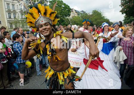 (Dossier) une archive photo datée du 23 mai 2010 indique les danseurs de la 'Maracatu Treffen Berlin' le chant et Banque D'Images