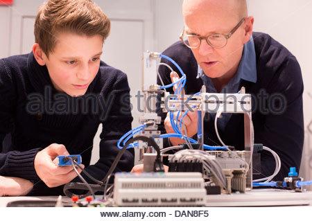 Étudiant avec un enseignant à l'aide du modèle de régulation de débit pneumatique Banque D'Images
