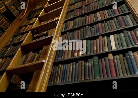 Vintage Books sur des étagères dans la bibliothèque - USA Banque D'Images