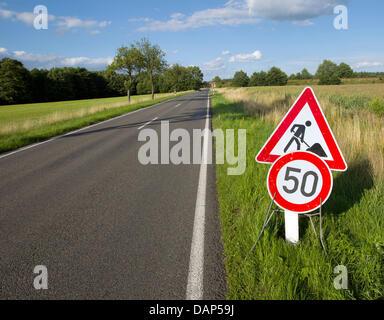 Un panneau indique la limite de vitesse (50km/h sur une route près de Dessau-Rosslau dans Thiessen, Allemagne, 14 Banque D'Images