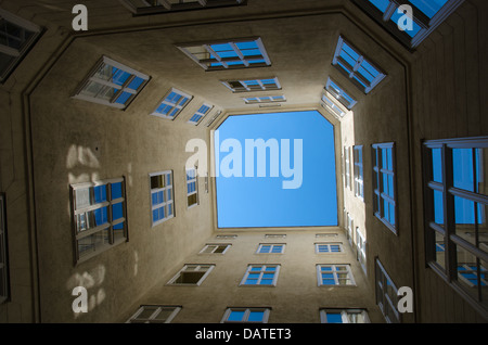 LHigh Courtyard entre les anciennes maisons de Vienne en Autriche Banque D'Images