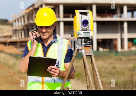 Géomètre principal en conversation sur talkie walkie Banque D'Images