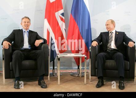 Le Premier ministre britannique Tony Blair (L) et le président russe Vladimir Poutine (R) s'asseoir à côté de l'autre Banque D'Images