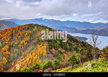 Les montagnes et le lac Chuzenji à Nikko, Japon.
