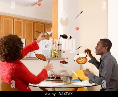 Couple s'asseoir à l'heure du repas mais tout ce dont ils ont besoin est en l'air Banque D'Images