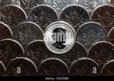 De nombreux lingots d'argent pièces de monnaie du Canada, pur 9999 once troy d'argent Feuille d'érable canadienne Banque D'Images