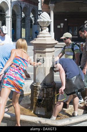 Les gens se rafraîchir à la fontaine de l'eau potable à Venise, Italie Banque D'Images