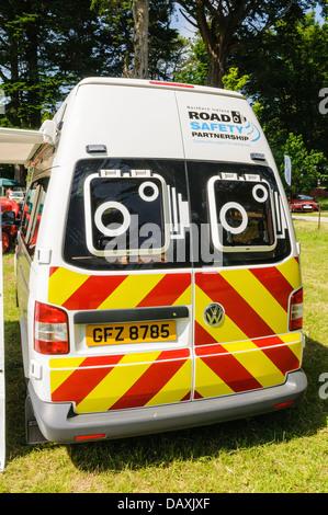 Arrière d'un van de détection de vitesse de la police Banque D'Images