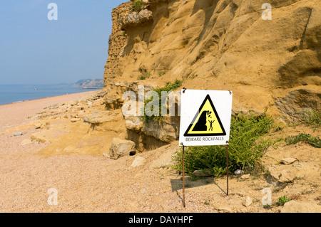 Avertissement de danger de chutes de signer à la base des falaises de grès dans l'eau douce Bay Dorset UK Banque D'Images