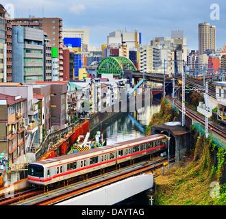 Le métro entre dans un tunnel à Ochanomizu district de Tokyo, Japon. Banque D'Images