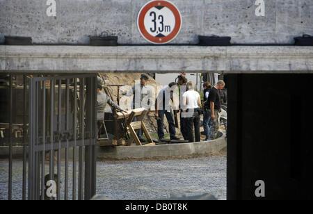 """Extras et imagée de l'équipage pendant le tournage de """"Valkyrie"""" au Mémorial de la résistance allemande Centre 'Bendlerblock' à Berlin, Allemagne, 23 septembre 2007. La zone reste fermé jusqu'au 24 septembre pour le tournage de """"Valkyrie"""", le film avec Tom Cruise dans le rôle de Claus Schenk Comte Stauffenberg qui a été exécuté le même lieu en 1944 pour avoir tenté d'assassiner l'Allemand mémo vocal"""