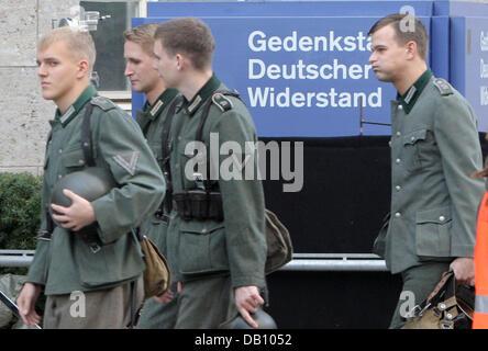 Extras photographié à la résistance allemande Memorial Centre 'Bendlerblock' à Berlin, Allemagne, 12 octobre 2007. Tournage de 'Valkyrie' au même endroit sera effectuée les 13 et 14 octobre. Certaines scènes de tilm avec Tom Cruise comme Claus Schenk, comte de Stauffenberg, officier de la Wehrmacht allemande et figure clé du complot manqué d'assassin Adolf Hitler en 1944, doivent être re-tourné en raison