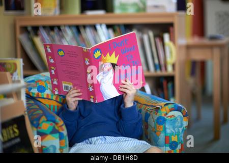 jeune fille lisant Banque D'Images