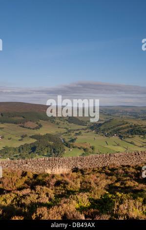 Point de vue élevé, à plus de scenic, vert terres agricoles vallonnées et collines de Wharfedale dans le Yorkshire Banque D'Images