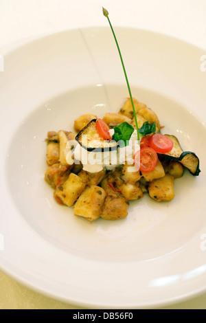 L'Italie, gnocchi à la purée de tomates, aubergines et ricotta fraîche Banque D'Images
