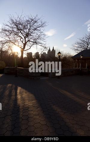 Voir dans le coucher de soleil depuis le château Belvedere dans Central Park à la célèbre San Remo Vacances Building Banque D'Images