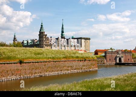 Le château renaissance de Kronborg à Helsingør, Danemark, avec l'entrée principale et la protection de douves au premier plan.