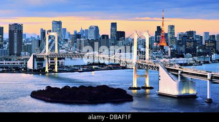 Pont en arc-en-ciel enjambant la baie de Tokyo avec Tokyo Tower visible dans l'arrière-plan. Banque D'Images