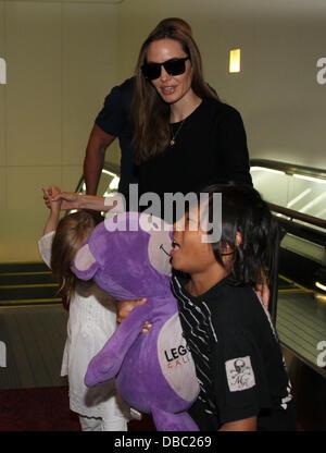 Tokyo, Japon. 28 juillet, 2013. ANGELINA JOLIE arrive à l'Aéroport International de Tokyo avec ses enfants le 28 Banque D'Images