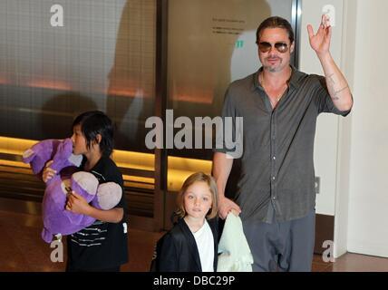 Tokyo, Japon. 28 juillet, 2013. L'acteur BRAD PITT arrive à l'Aéroport International de Tokyo avec ses enfants le Banque D'Images