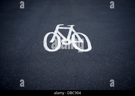 Cycle path sign painted on the road Banque D'Images