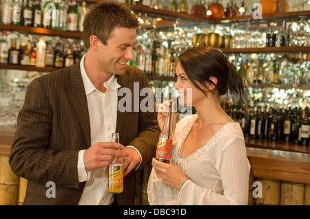 Couple de prendre un verre dans un bar Banque D'Images