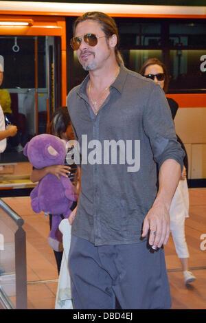 Tokyo, Japon. 28 juillet, 2013. Brad Pitt, Angelina Jolie et leurs enfants Pax, Knox et Vivienne arrivent à l'Aéroport Banque D'Images
