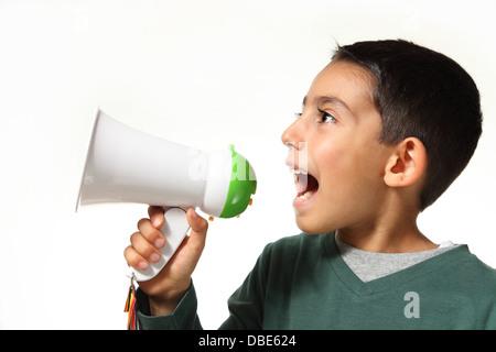 Jeune garçon crier dans un mégaphone