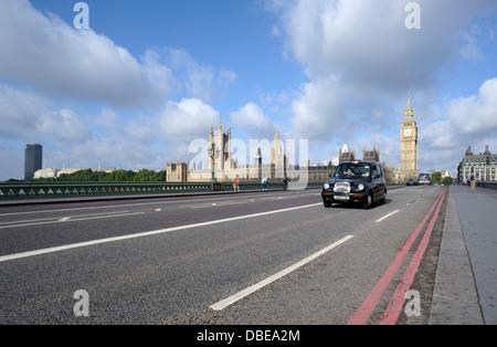 Un noir London cab traversant le pont de Westminster montrant Big Ben et les chambres du parlement dans l'arrière Banque D'Images
