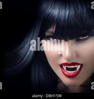 Belle femme vampire Halloween sur fond noir Banque D'Images