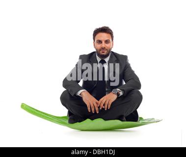 Homme d'affaires dans le feuille sur fond blanc Banque D'Images