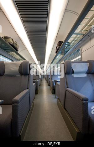L'intérieur d'une cabine de première classe vide dans un wagon de train européen moderne; offrant un luxueux sièges Banque D'Images