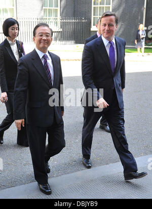 Le premier ministre chinois Wen Jiabao (L) laisse 10 Downing Street après une réunion avec le Premier ministre britannique David Cameron (R). Londres, Angleterre - 27.06.11