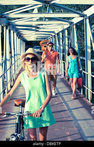 La Croatie, Dalmatie, jeunes gens marchant le long de la passerelle, les voitures en arrière-plan Banque D'Images