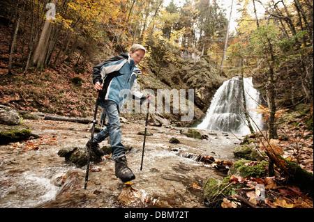 Boy Crossing Brook, Bavaria, Germany, Europe Banque D'Images