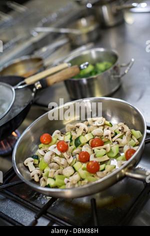 Les aliments frais dans le moule sur Four Banque D'Images