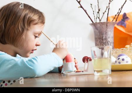 Petite fille d'oeufs de Pâques à colorier, Munich, Bavière, Allemagne Banque D'Images