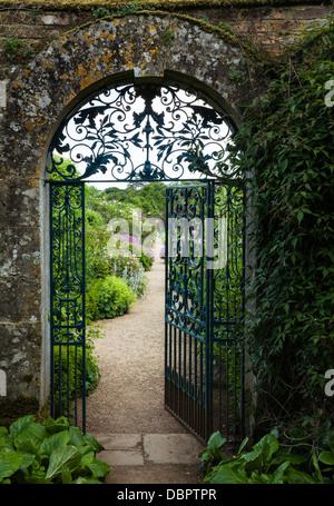 L'entrée fermée à l'richement coloré jardin clos de Rousham House à la fin de juin, Oxfordshire, Angleterre Banque D'Images