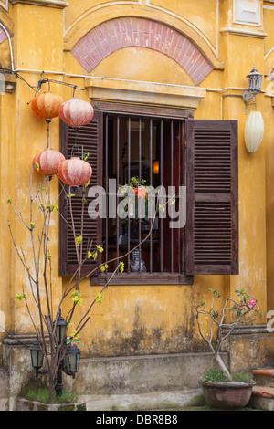 Façade de bâtiment de style colonial avec des lanternes de soie et de volets en bois, dans le vieux quartier, Hoi An, Vietnam, Southeast Asia
