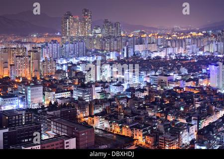 Immeuble d'habitations dans le quartier de Gangnam, Seoul, Corée du Sud skyline at night. Banque D'Images
