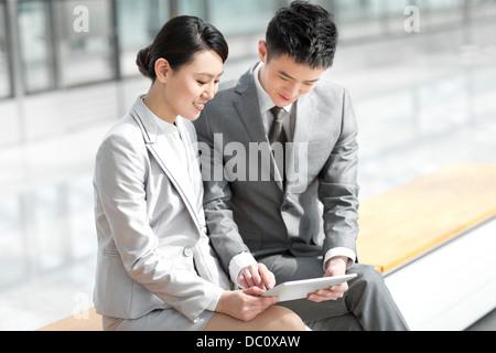 Les jeunes entreprises partenaires with digital tablet at subway station