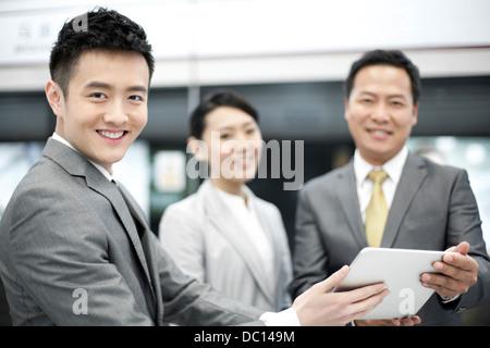 Les personnes gaies avec tablette numérique sur plate-forme du métro