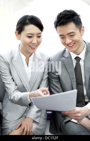 Partenaires d'affaires de la lecture des fichiers dans Subway train Banque D'Images