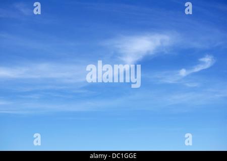 Les Cirrus Against a Blue Sky Banque D'Images