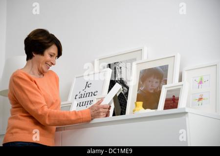Senior woman looking at photos de famille Banque D'Images