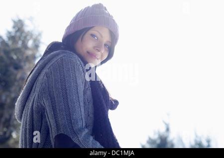 Portrait de jeune femme portant chapeau tricoté Banque D'Images