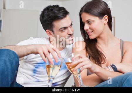 Jeune couple romantique partager verre de vin Banque D'Images