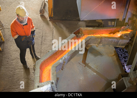 La surveillance des travailleurs du métal en fusion à l'usine de recyclage de l'aluminium Banque D'Images